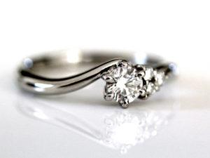 婚約指輪 デザイン メレダイヤモンド付き